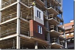 Dos-paneles-de-fachadas-industrializadas-de-Spans-siendo-colocados-en-un-bloque-de-viviendas-en-Valencia-1320x880